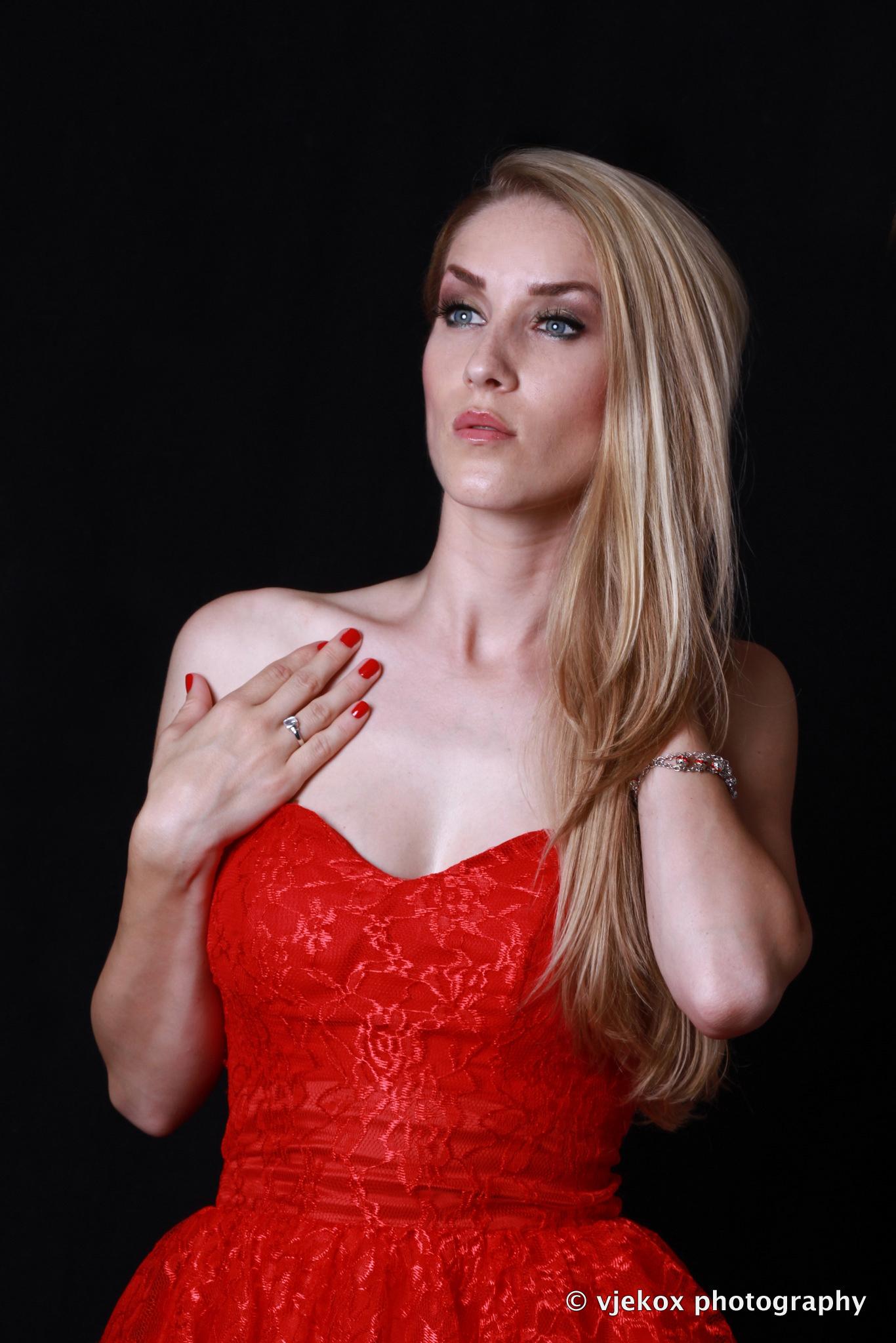 Anezi u crvenoj haljinici